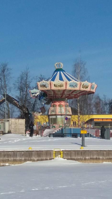 Kirsti osui sattumalla paikalle, kun karusellia tuhottiin maan tasalle.