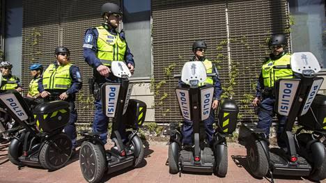Helsingin poliisi testasi 2016 Segwaytä jalkapartiossa.