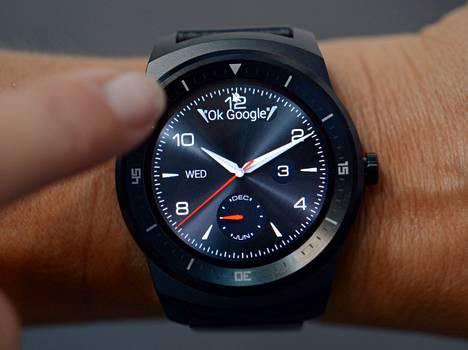 LG G Watch R -älykellossa on Googlen Android Wear -käyttöjärjestelmä, jota ohjataan äänikomennoilla englanniksi.