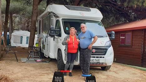"""Jari ja Vuokko Siltala viettävät poikkeustilaa Espanjassa leirintäalueella. Arki kuluu nyt pääosin omassa matkailuautossa kirjoja lukien ja ruokaa tehden. """"Nyt saadaan tuntumaa mitä on pantavankeus. Ehkäpä se on jotakin tämän oloista ja tuntuista, kun liikkumista rajoitetaan"""" pariskunta kertoo."""