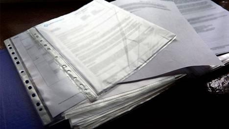 Saaralle on kertynyt melkoinen kasa papereita vakuutuskiistan aikana.