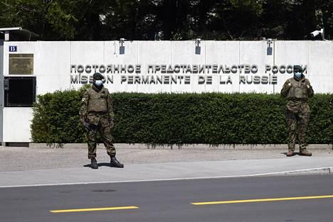Sveitsiläissotilaat vartioivat Venäjän edustustoa Genevessä maanantaina.