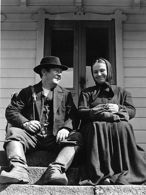 Leo Jokela ja Anja Pohjola elokuvassa Rautatie.
