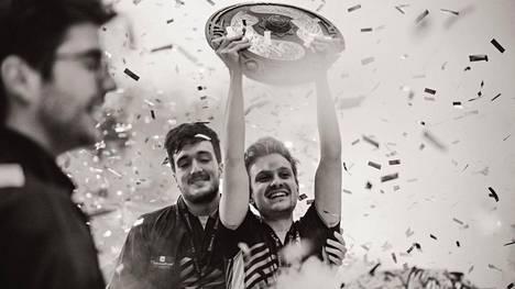 """Jesse """"JerAx"""" Vainikka juhlimassa toista maailmanmestaruutta. Hän ilmoitti lopettavansa peliuransa 27-vuotiaana."""