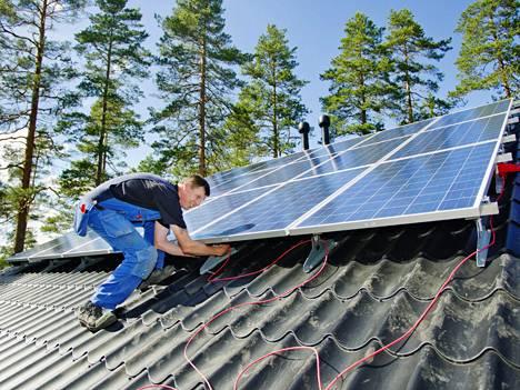 Aurinkopaneeleita asennettiin heinäkuussa matkailukeskuksen mökkiin Asikkalassa.