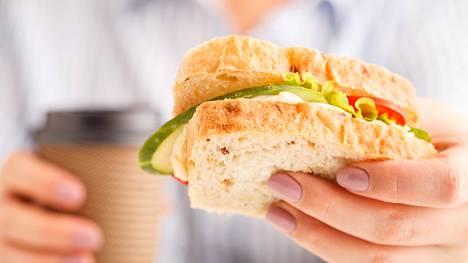 Lounaalla ei kannata tyytyä pelkään voileipään, vaan pyrkiä syömään kunnon ateria kasviksineen.