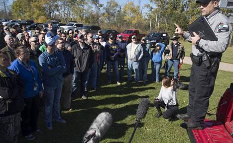 Vapaaehtoisia ohjeistettiin todisteiden etsintään torstaina Wisconsinin Barronissa.