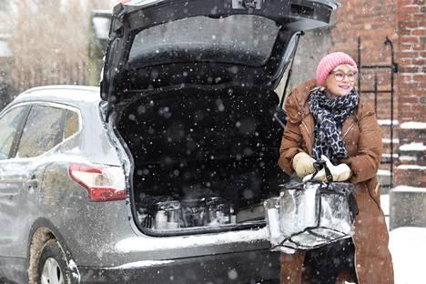 Auto on Riia Koivistolle pakollinen työväline, koska hän liikuttelee tavaraa työkseen.