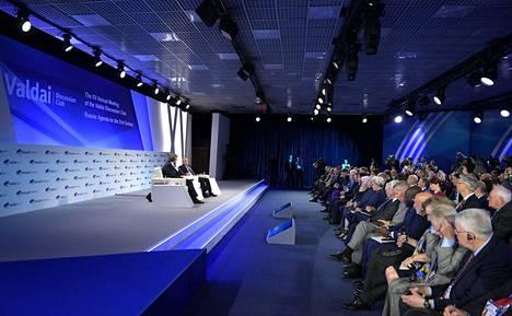 Valdain klubin keskustelutilaisuutta juonsi Fjodor Lukjanov. Kun Vladimir Putin lausui erikoisen kommentin ydinsodan aikana paratiisiin pääsevistä venäläisistä, yleisö puhkesi nauramaan.