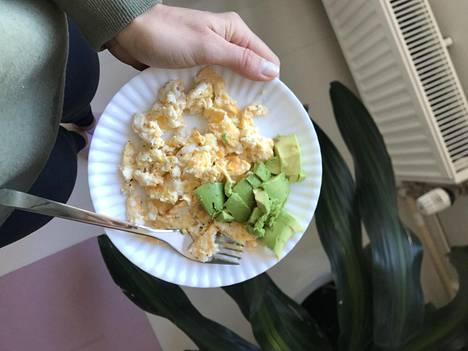 Tässä yksi Steffin aamupala: kananmunissa ei ole yhtään kuituja, mutta puolikkaassa avokadossa niitä on 3,5 grammaa.