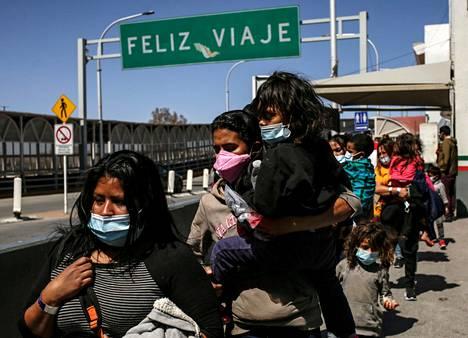 Yhdysvalloista karkotettuja siirtolaisia kävelemässä Meksikoon. Bidenin mukaan perheet ja aikuiset siirtolaiset käännytetään.
