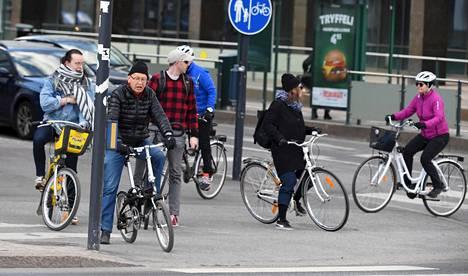 Pyöräilijöitä Ruoholahdessa Helsingissä 25. huhtikuuta 2020.