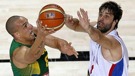 Milos Teodosic (oik.) teki 23 pistettä.