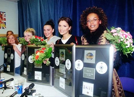 Geri, Emma, Mel C, Victoria ja Mel B vastaanottivat platinalevyt Helsingissä toukokuussa 1998 ennen konserttiaan.