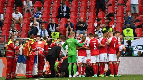 Tanskan pelaajat kokoontuivat näköesteeksi Christian Eriksenin saadessa ensiapua.