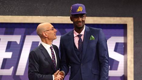 NBA-komissaari Adam Silver kättelee ykkösenä varattua Deandre Aytonia varaustilaisuudessa Brooklynissä.