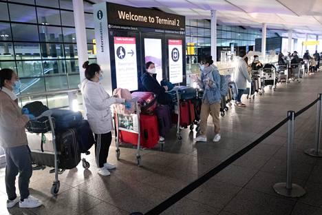 Jono seisoi Heathrown lentokentällä Lontoossa 21. joulukuuta.