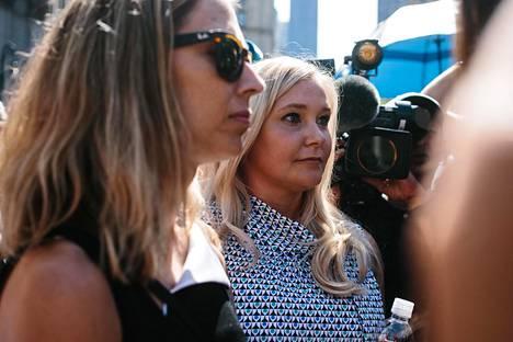 Virginia Roberts Giuffre (oik.) oikeustalon edessä elokuussa 2019.