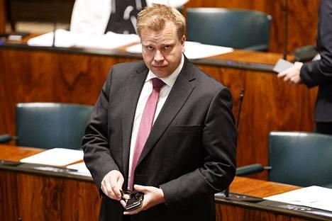 Puolustusministeri Antti Kaikkosta pidetään hyvänä yleispoliitikkona, jonka erikoisalaa talous ei kuitenkaan ole.