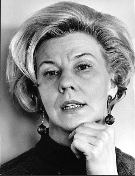 Joenpellon esikoisromaani Seitsemän päivää ilmestyy vuonna 1946 salanimellä Eeva Helle.