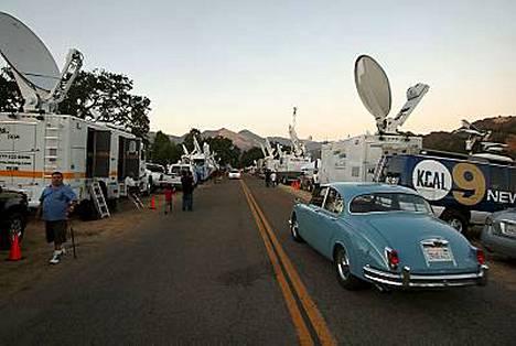 Fanit ja media päivystävät Neverlandissa, vaikkei kukaan oikein tunnu tietävän, minne Jackson haudataan.