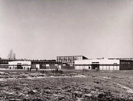 Aarnivalkean koulu valmistui vuonna 1957. Kuva on samalta vuodelta.