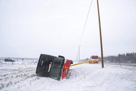 Rauman ja Porin välisellä tiellä kaatuneessa linja-autossa oli kuljettajan lisäksi viisi matkustajaa.