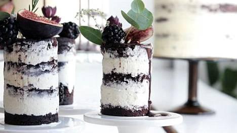 Korkeat, kuorruttamattomat ja suklaata valuvat kakut ovat nyt trendikkäitä.