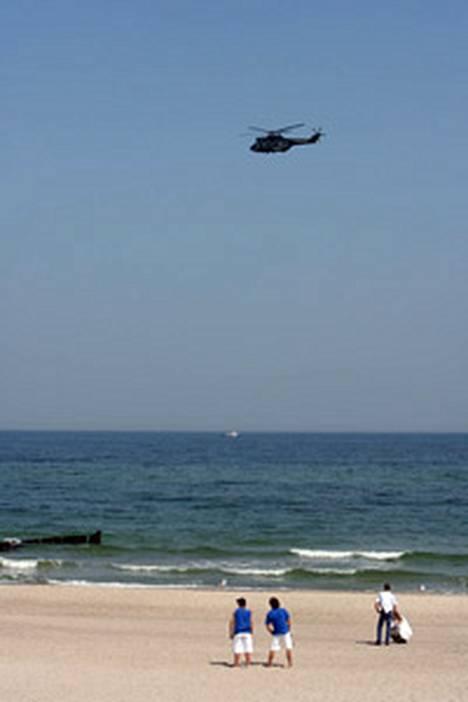 Poliisihelikopteri kierteli lähellä rannikkoa suojelemassa G8-kokousta.