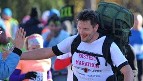 Jussi Kallioniemi juoksi viime vuonna Vantaan maratonin 27,2 kilon painoinen rinkka selässään. Viime viikonloppuna hän juoksi taas rinkka selässään, nyt puolimaratonin.