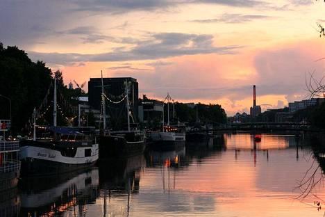 Turun jokirannan ravintolalaivat tarjoavat ainutlaatuiset puitteet illanviettoon.