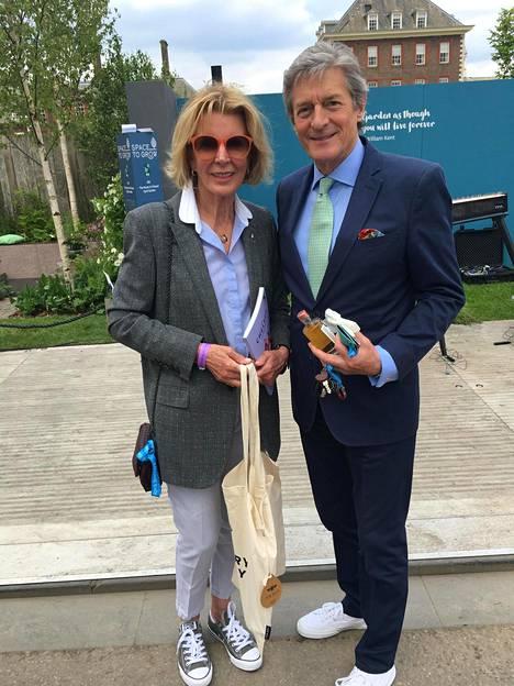 Tv-kasvo ja aikoinaan Mennyt maailma -sarjassa nähty Nigel Havers tutustui Suomen osastoon vaimonsa Rita Webbin kanssa.
