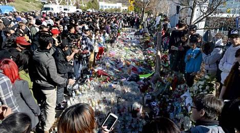 Tuhannet fanit ovat täyttäneet onnettomuuspaikan kukin ja muistokirjoituksin.