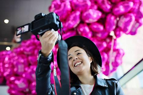 Sita Salminen kuvaa videoita Youtubeen. Joskus videot käsittelevät hänen tavallista arkipäiväänsä, joskus jotakin tietyn yrityksen tuotetta tai palvelua ja joskus esimerkiksi matkustamista.