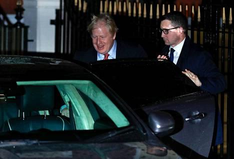 Boris Johnson lähdössä puolueensa konttorilta Lontoossa voitonpuheensa jälkeen.