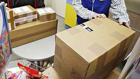 Postipalveluita hoidetaan muun muassa R-kioskeissa.