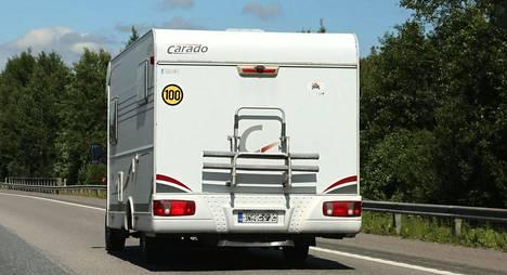 (kuva NopeusMatkailuauto100)Jos matkailuauton perässä ei ole 100 km/h:n nopeusrajoitusmerkkiä, sen suurin sallittu nopeus on 80 km/h.