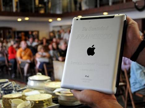 Hänen pyhyytensä paavi Franciscus, sanoo iPadin kannen kaiverrus.