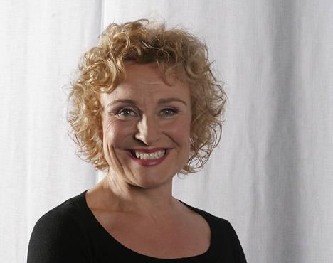 2005: Hanna juonsi T.i.l.a. -ohjelmaa. Hän oli juuri parantunut suusyövästä, josta kertoi julkisesti vasta vuosia myöhemmin.