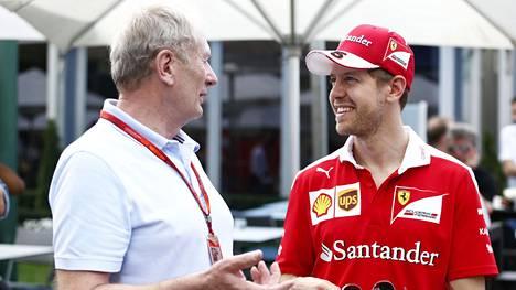 Kuvassa Red Bullin neuvonantaja Helmut Marko (vas.) ja Sebastian Vettel käymässä keskustelua Itävallan GP:n yhteydessä kaudella 2016.