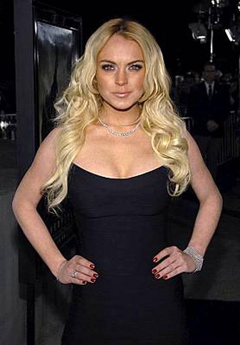 Lindsay Lohan joutuu hiukan epämiellyttävämpiin hommiin osana rattijuopumustuomiotaan. Tässä hän poseeraa Cloverfield-elokuvan ensi-illassa Los Angelesissa viime keskiviikkona.