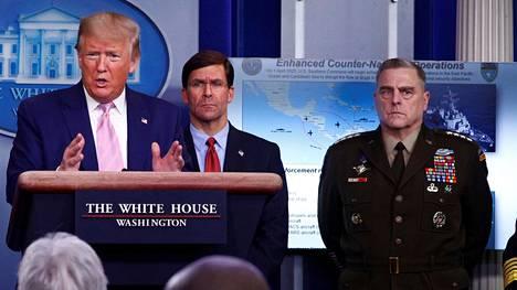 Donald Trump puhuu Valkoisen talon koronaviruskatsauksessa huhtikuun alussa. Mark Milley kuvassa oikealla.