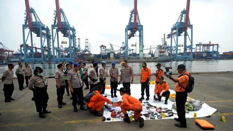 Lentokoneen runkoa ei vielä ole löydetty, mutta osia koneesta on saatu kerättyä merestä. Myös ruumiinosia ja uhreille kuuluneita tavaroita on löydetty.