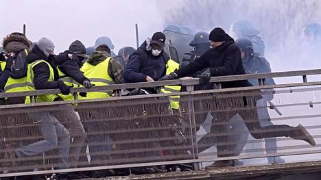 Keltaliivit ja poliisi ottivat yhteen Pariisissa 5. tammikuuta.