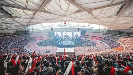 League of Legends on erittäin suosittu Kiinassa. Kuva vuoden 2017 MM-finaalista, joka pelattiin Pekingissä 40000:n katsojan edessä.