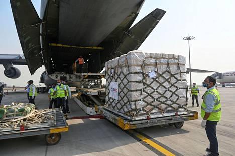 Yhdysvaltojen avustustarvikkeita puretaan Indira Gandhin kansainvälisellä lentokentällä Delhissä viime perjantaina.