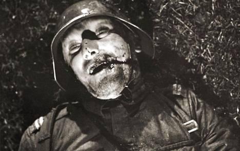 Alikersantti Lehdon kaatumiseen Linna sai vaikutteita Tuure Lehtosen kaatumisesta Tsalkin taistelussa 23.8.1941. Lehtoa Edvin Laineen Tuntematon sotilas -elokuvassa esitti Åke Lindman.