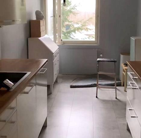 Asunnon keittiön pohja on hyvin tyypillinen kerrostaloasunnoissa. Päädyssä on ruokailutila, joka hyödynnettiinkin muuhun käyttöön kuin ruokapöydälle.