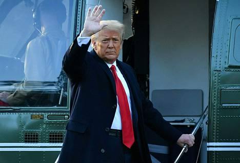 Trump vilkutti poistuessaan keskiviikkona Valkoisesta talosta Marine One -helikopterin kyydillä.