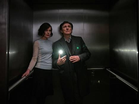 Gabriel Byrne näyttelee Helenin entistä aviomiestä Billiä.